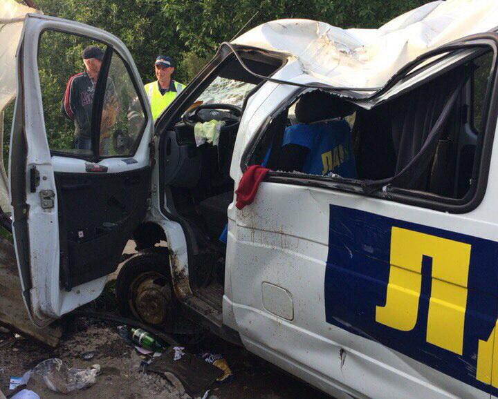 В Череповце фургон «ЛДПР» врезался в здание шиномонтажа