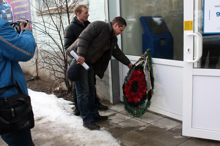 В Вологде дальнобойщики возложили похоронный венок к офису системы «Платон»