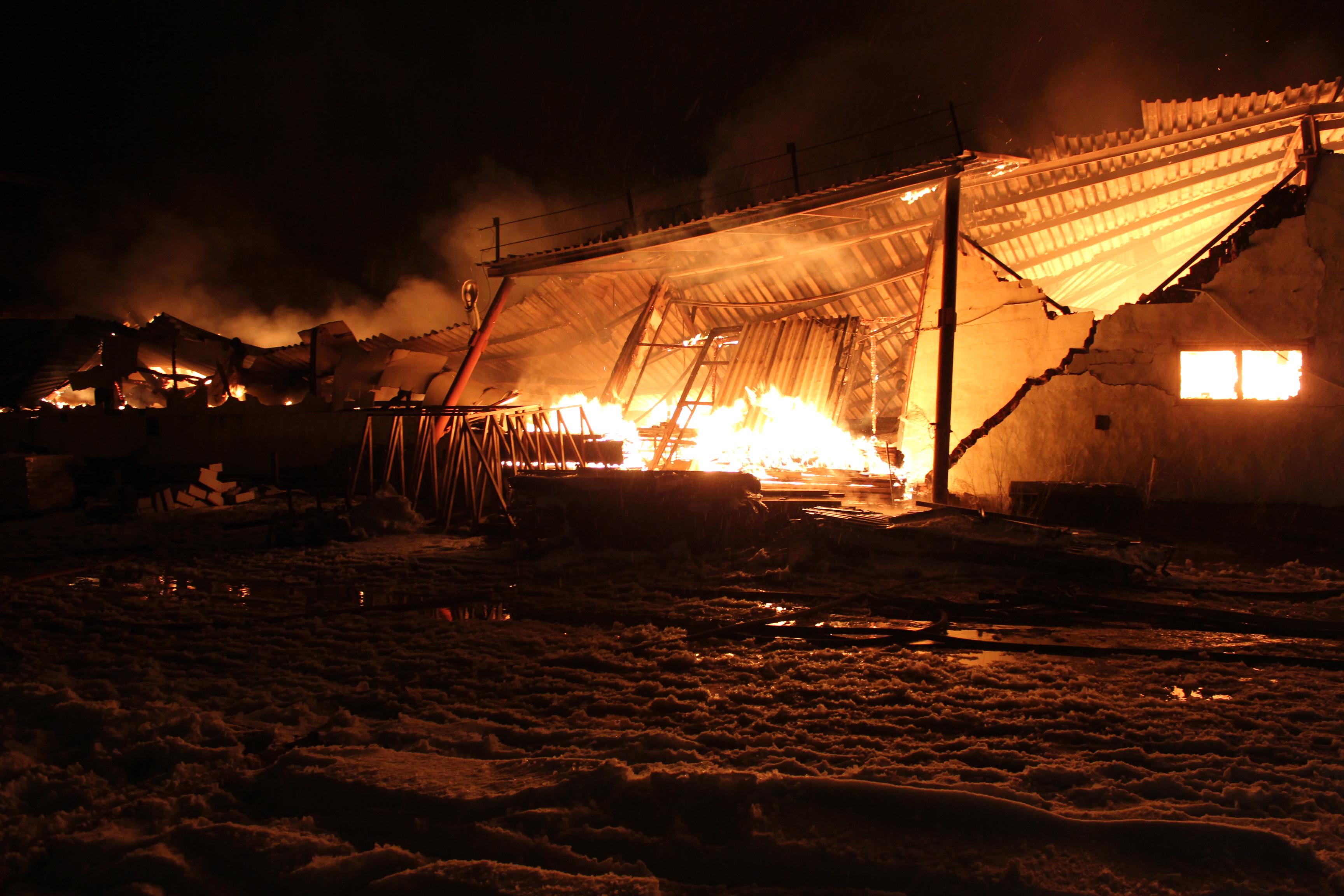 Склад в Вологде загорелся из-за станка