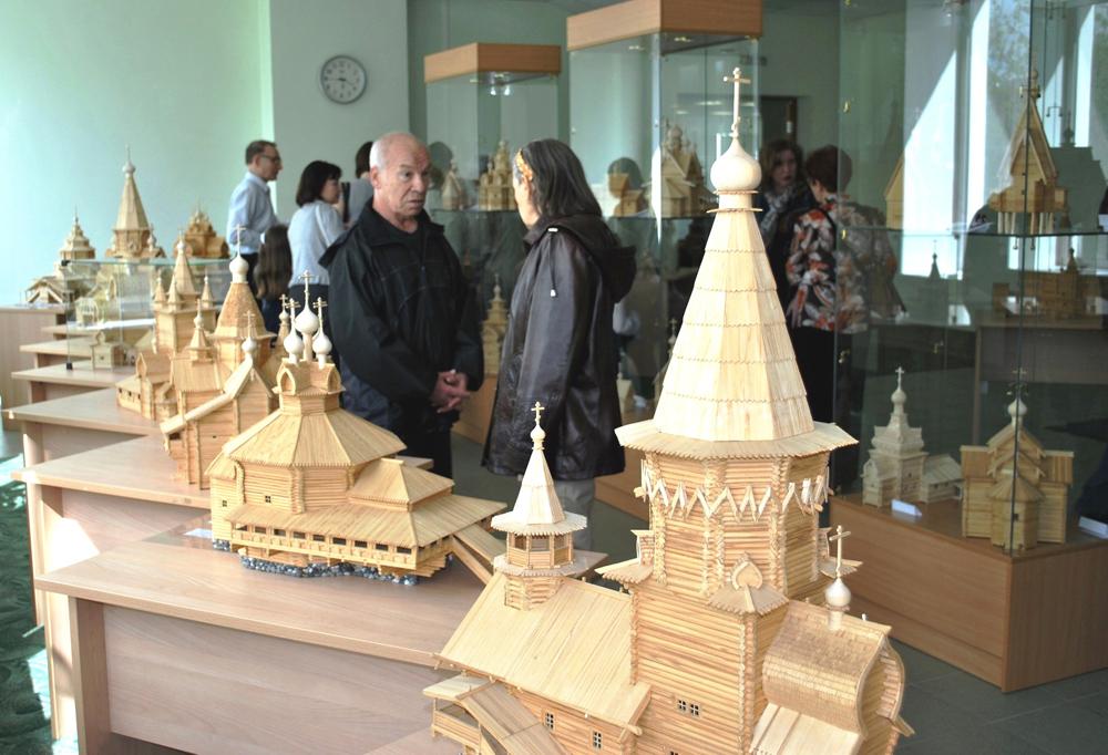 В Череповце открылась выставка макетов старинных деревянных церквей