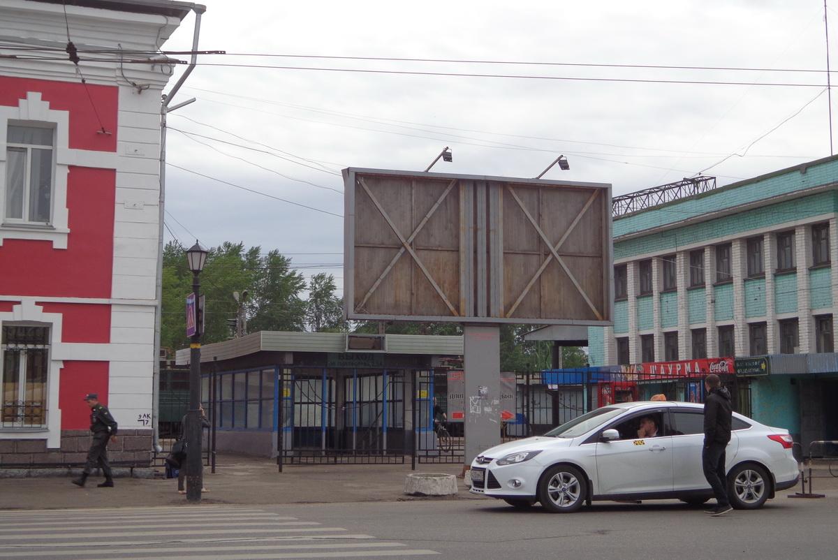 На незаконном рекламном билборде в Вологде до сих пор размещена реклама