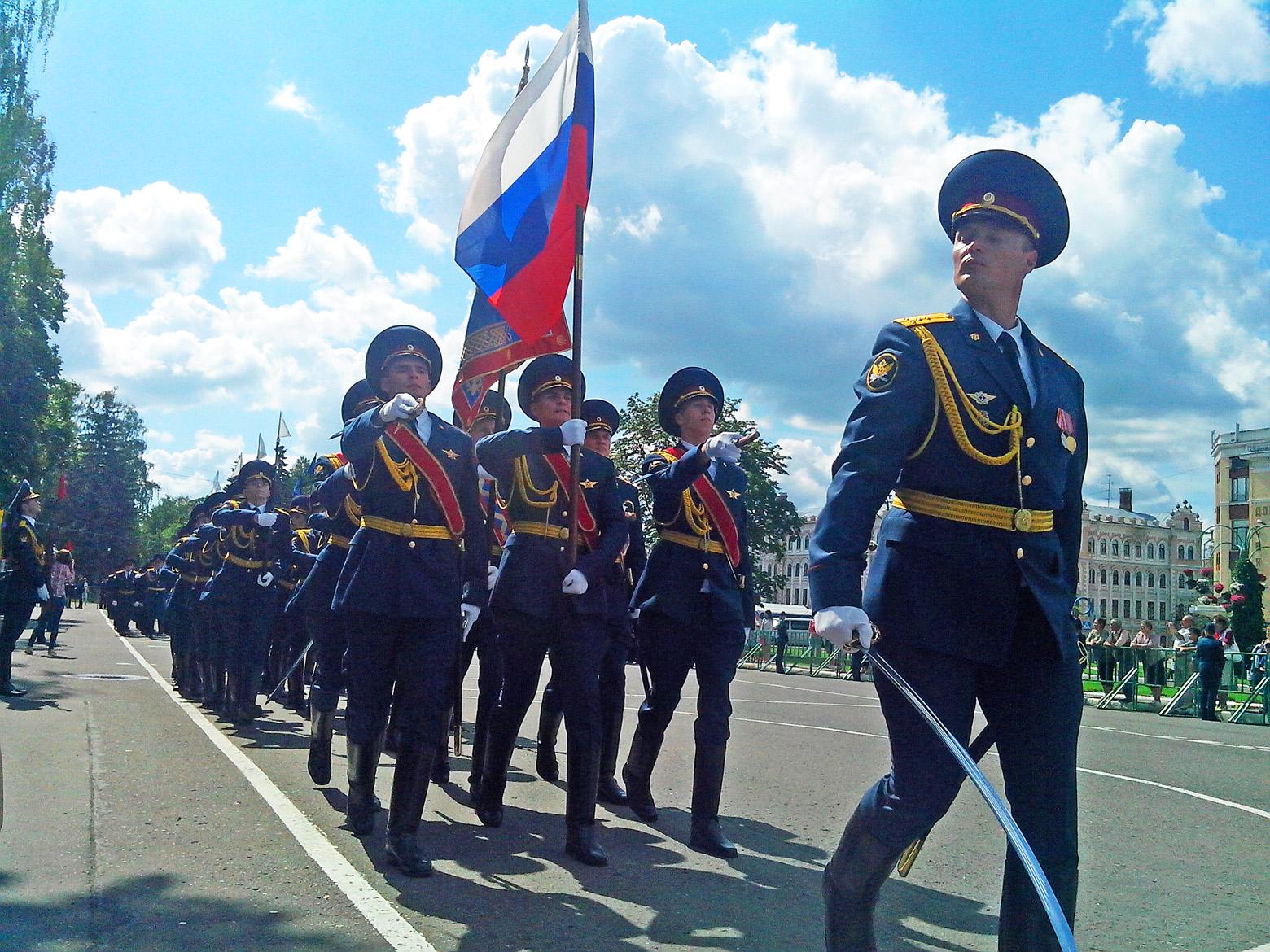 Выпускникам ВИПЭ вручили дипломы под звуки оркестровых маршей в центре Вологды
