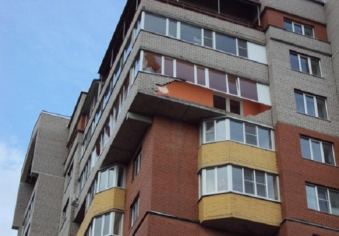 В одной из новостроек Вологды сильным ветром сдуло кирпичный балкон