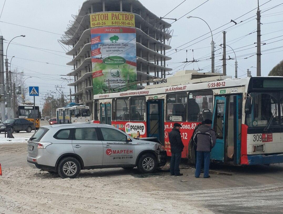 "В Вологде столкнулись машина автосалона ""Мартен"" и троллейбус"