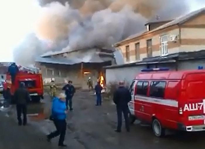 Огонь от пожара в мебельном цехе в Вологде затронул около десятка автомобилей