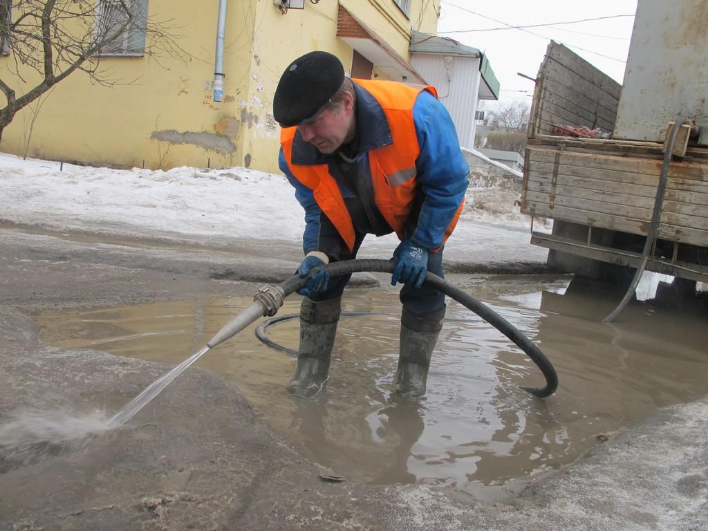 В Вологде «прожигают» каналы в наледи и откачивают воду с дорог