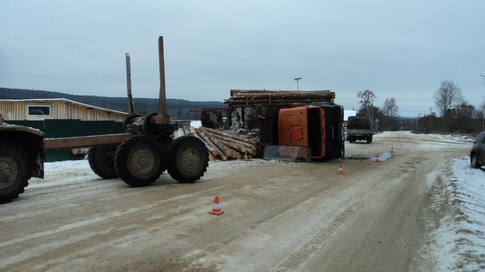 «КамАЗ» с лесом опрокинулся на обочину в Верховажском районе