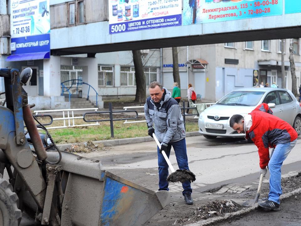Глава Вологды лопатой расчищал грязь в центре города
