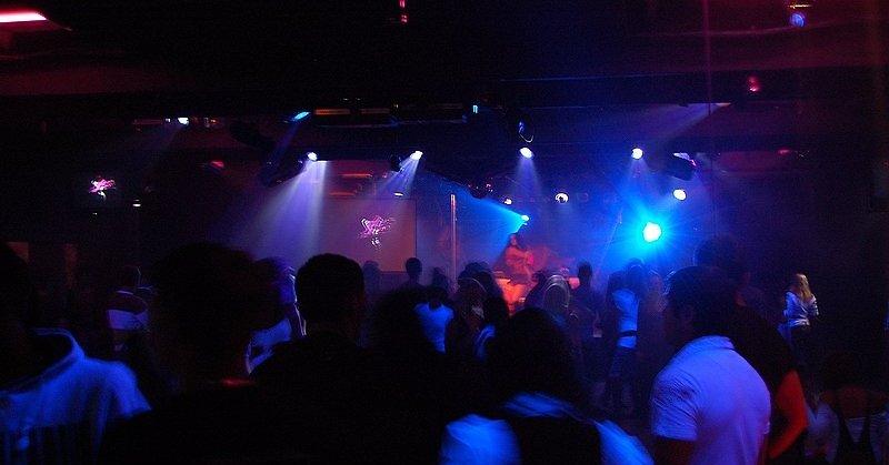 Девушка в ночном клубе без лица клубы для детей москва сао