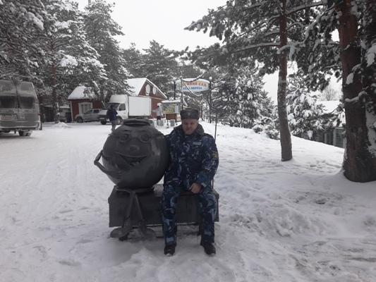 Осужденные великоустюгской колонии подарили Деду Морозу кованого Колобка