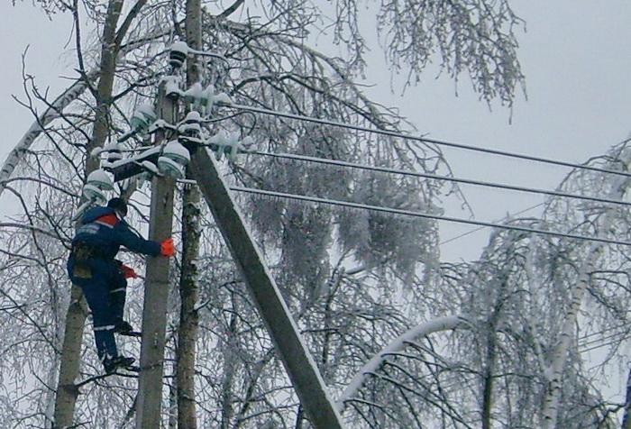Работники «Вологдаэнерго» восстанавливают электроснабжение нарушенное штормовым ветром