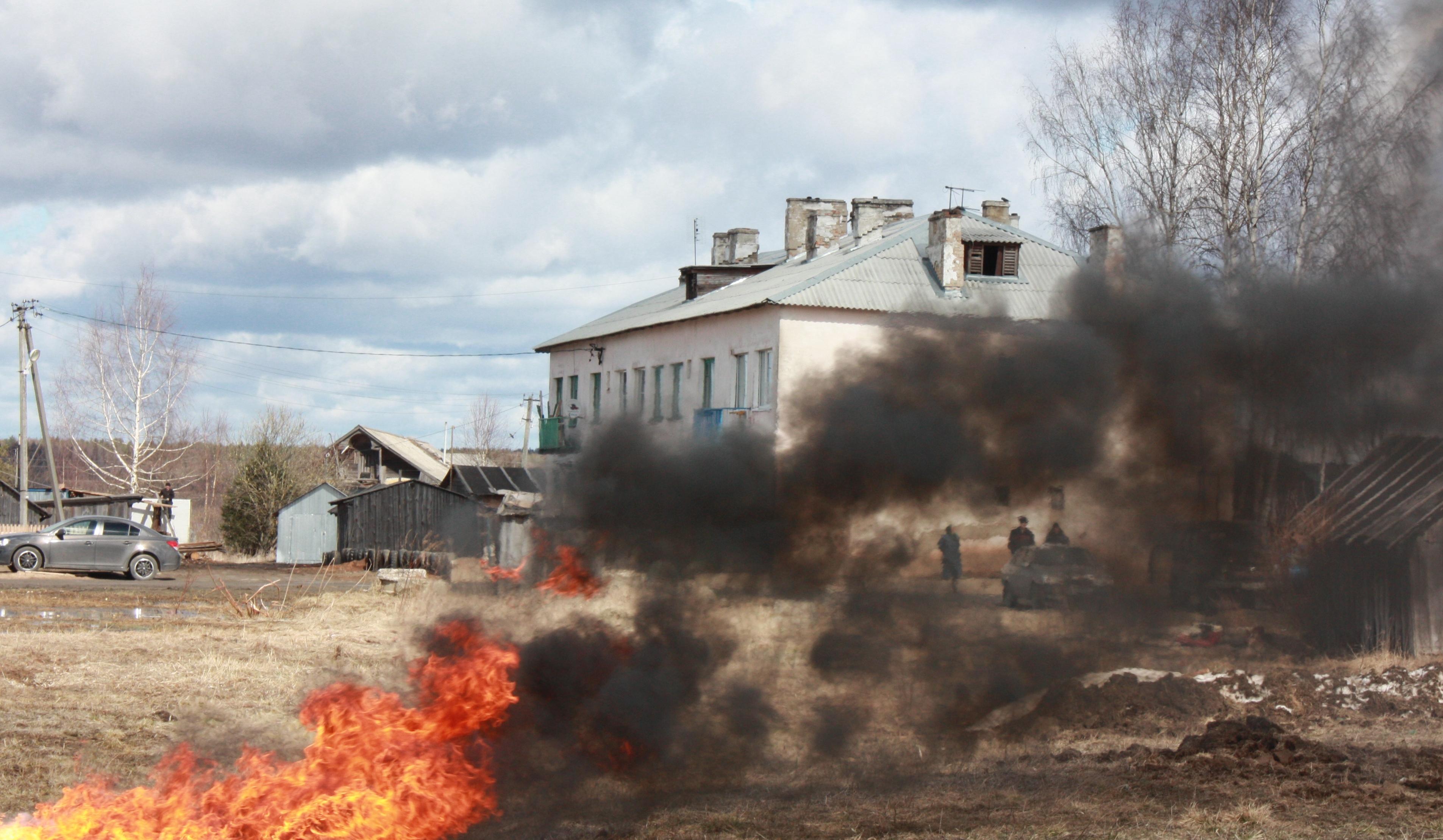 Несколько десятков человек боролись с палом сухой травы в Вологодском районе