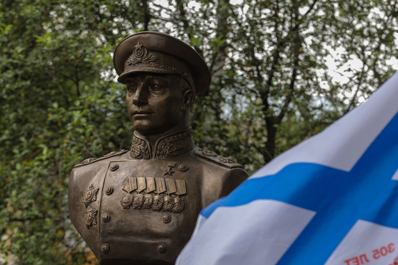 В Вологде открыли памятник адмиралу Николаю Кузнецову