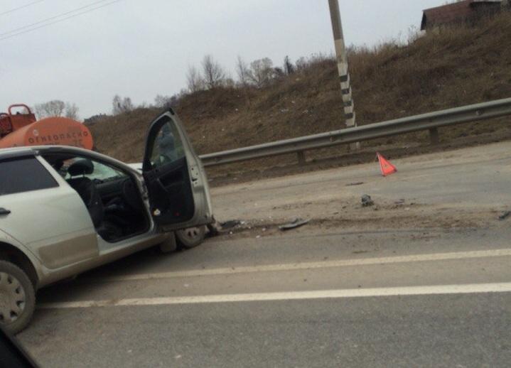 В Вологде такси врезалось во внедорожник: пострадали пять человек, в том числе двое детей