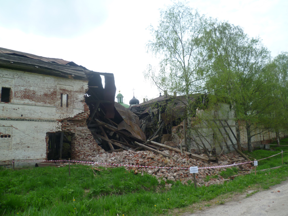 В Горицком монастыре может обвалиться еще одна часть стены