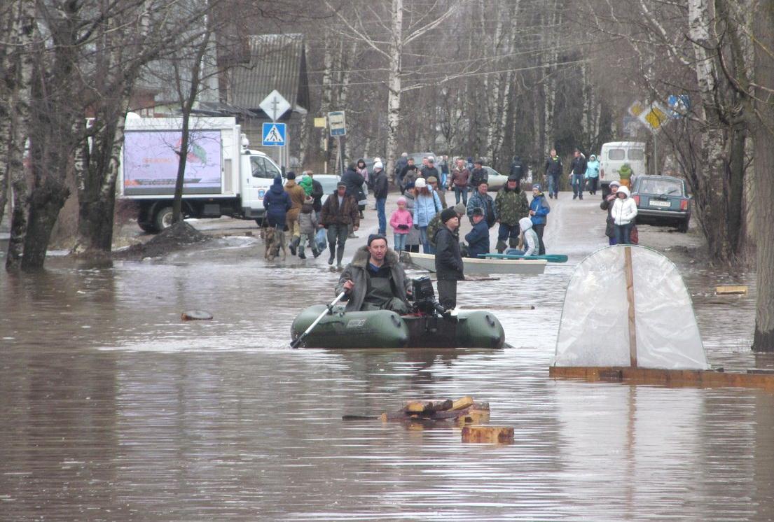Великий Устюг уходит под воду: по многим улицам можно проехать только на лодках