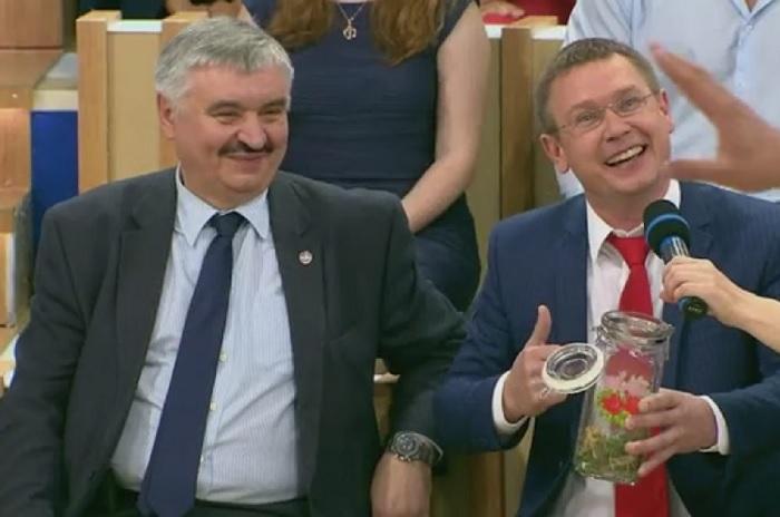 Депутат Госдумы Сергей Каргинов предложил ловить саранчу гормонами и продавать ее в Африку