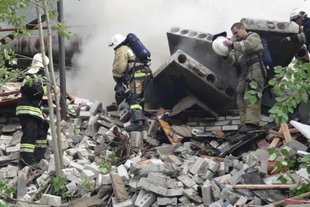 Под завалами взорвавшегося в Череповце гаража находятся двое подростков