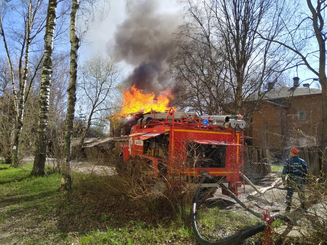 В Вологде горит деревянный дом на Набережной VI армии, 175