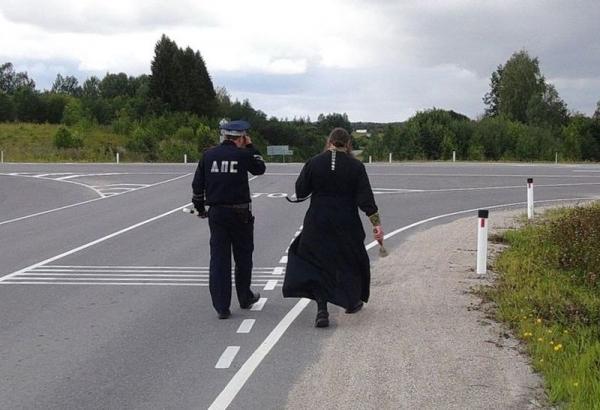 В Кирилловском районе сотрудники ГИБДД попросили священника освятить аварийные дороги