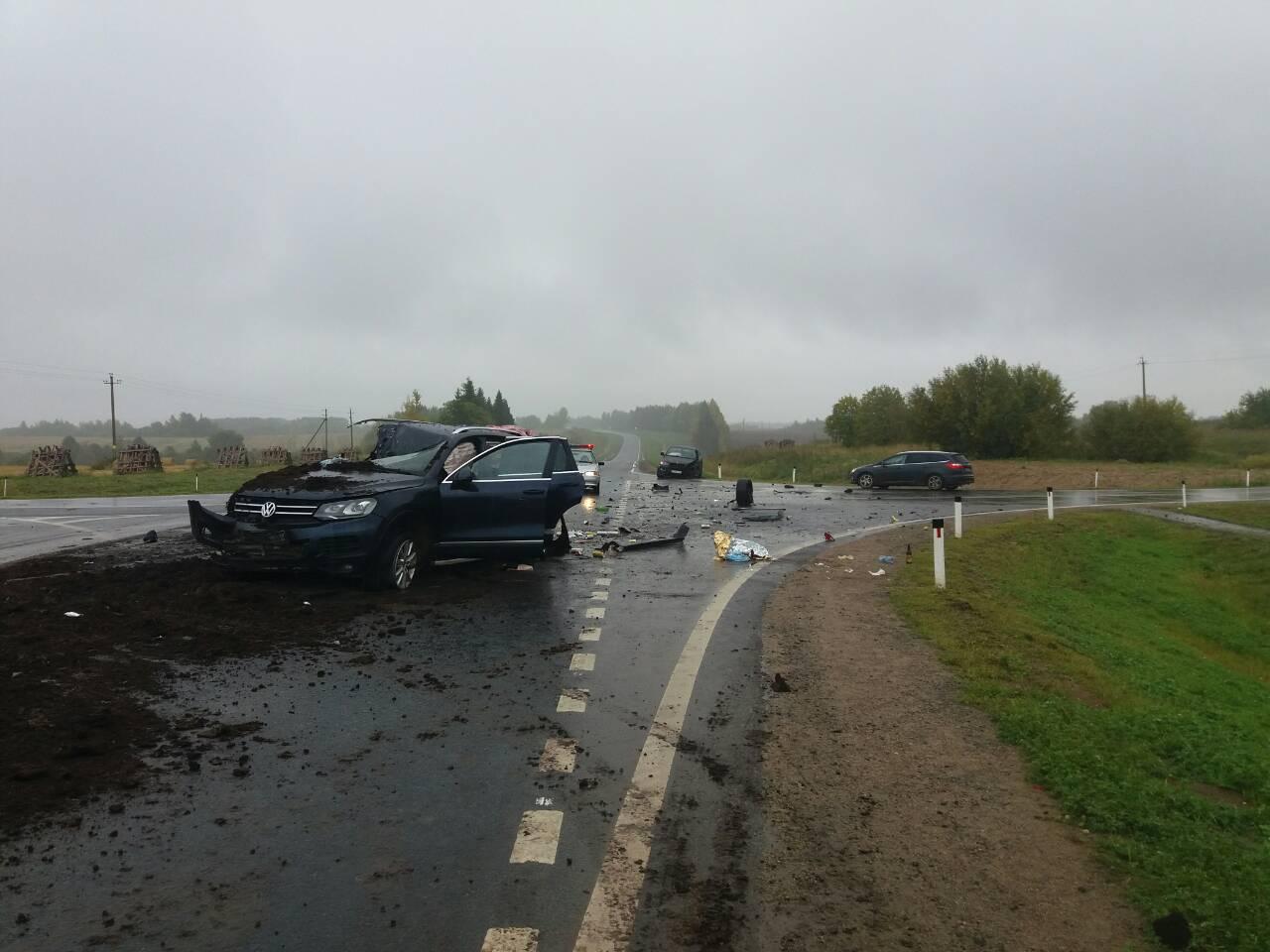 В Вологодском районе «Volkswagen» врезался в трактор, а потом – в «BMW X6»