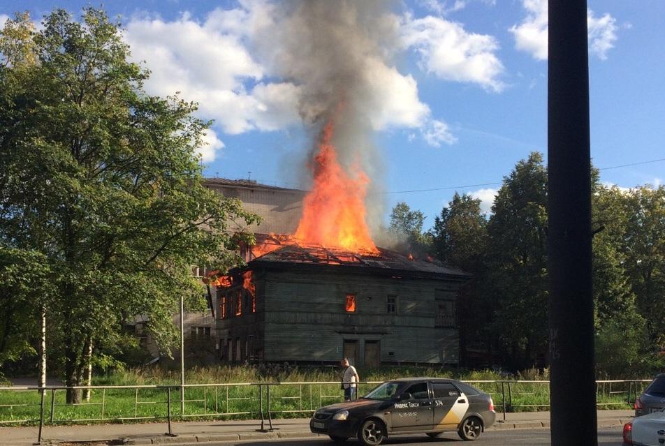 В Вологде загорелся деревянный памятник архитектуры на улице Ветошкина, 3