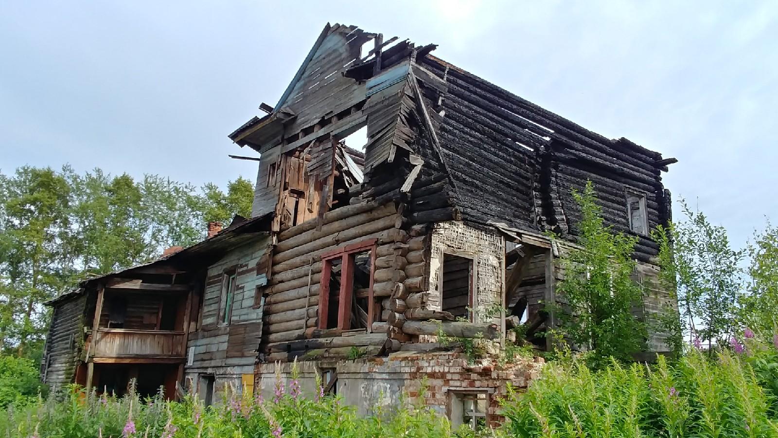 В Вологде загорелся еще один деревянный памятник архитектуры на Набережной VI Армии