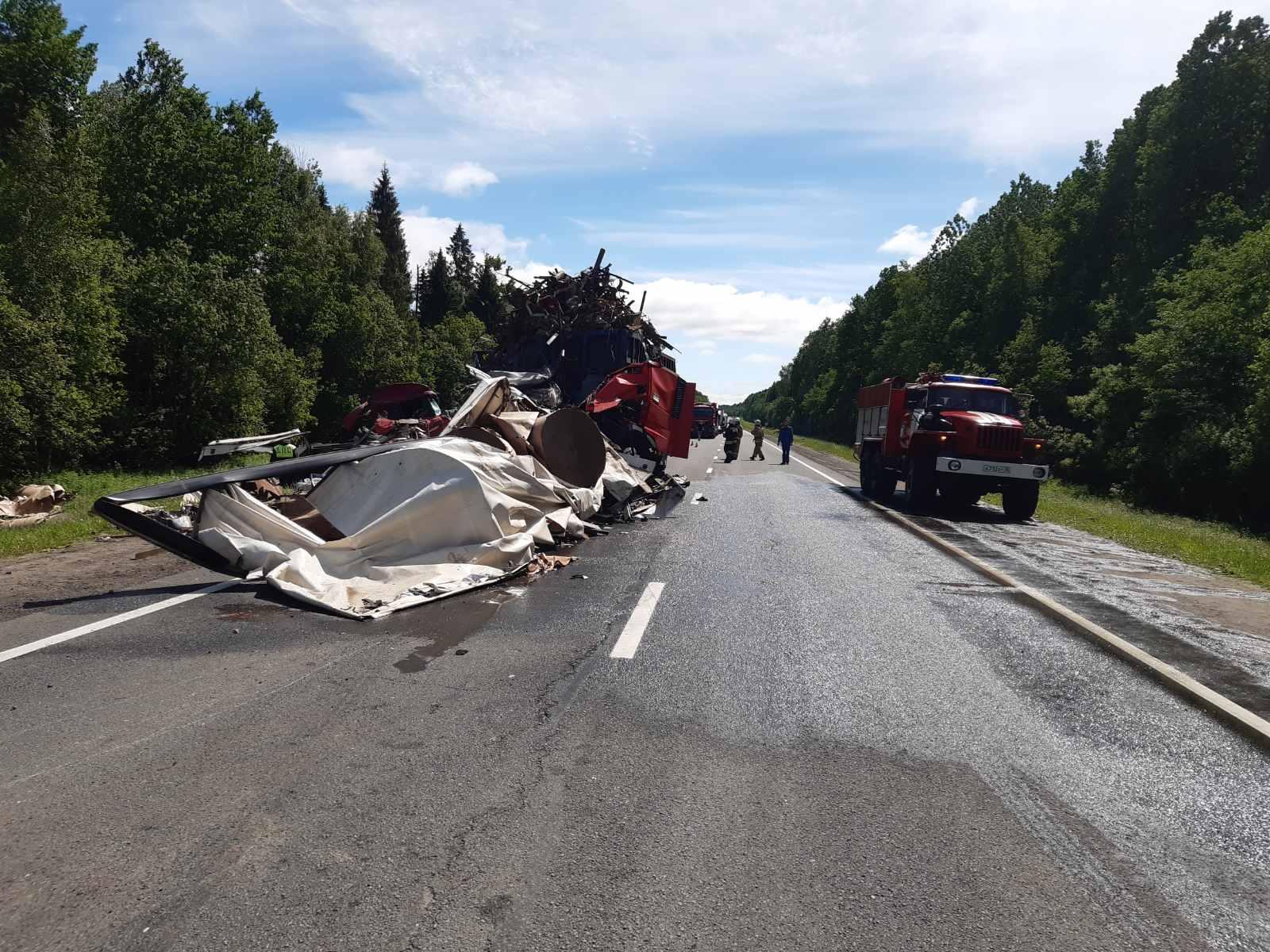 Мужчина получил травмы в лобовом столкновении грузовиков на трассе под Вологдой