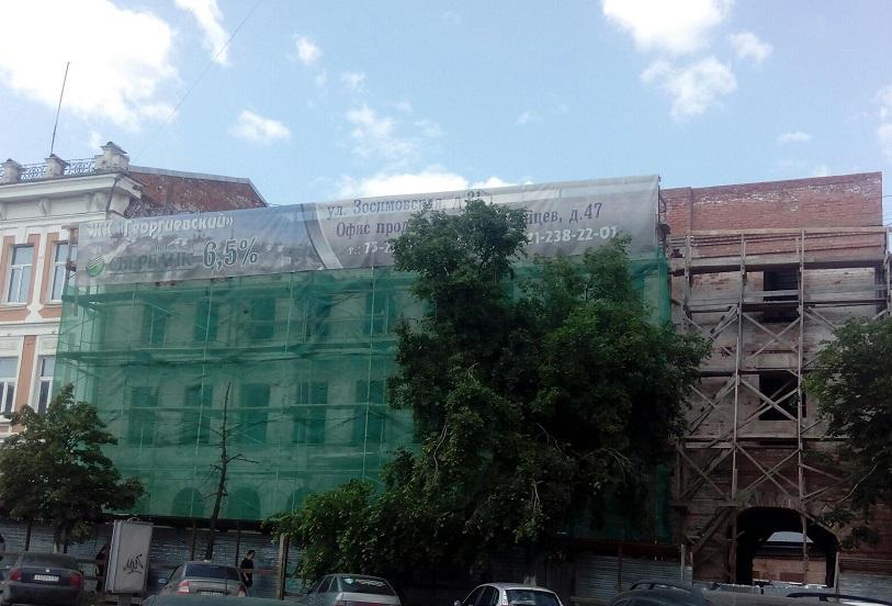 На здании училища XIX века на улице Ленина в Вологде достраивают верхний этаж