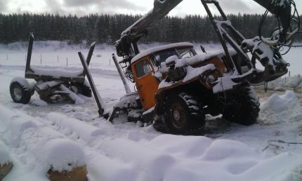 В Тотемском районе лесовоз проломил лед на переправе через Сухону