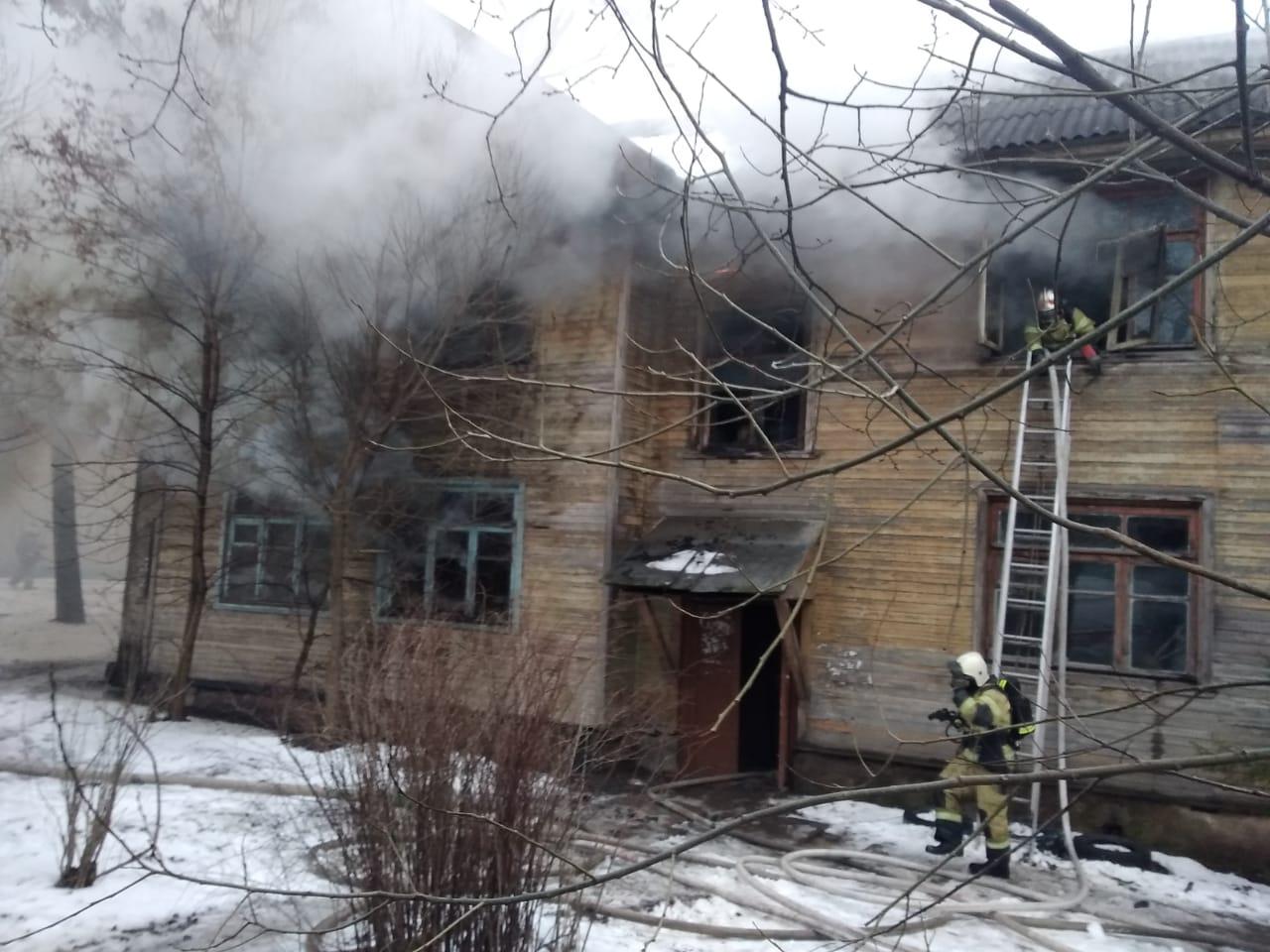 В Вологде загорелся многоквартирный деревянный дом на улице Красноармейской