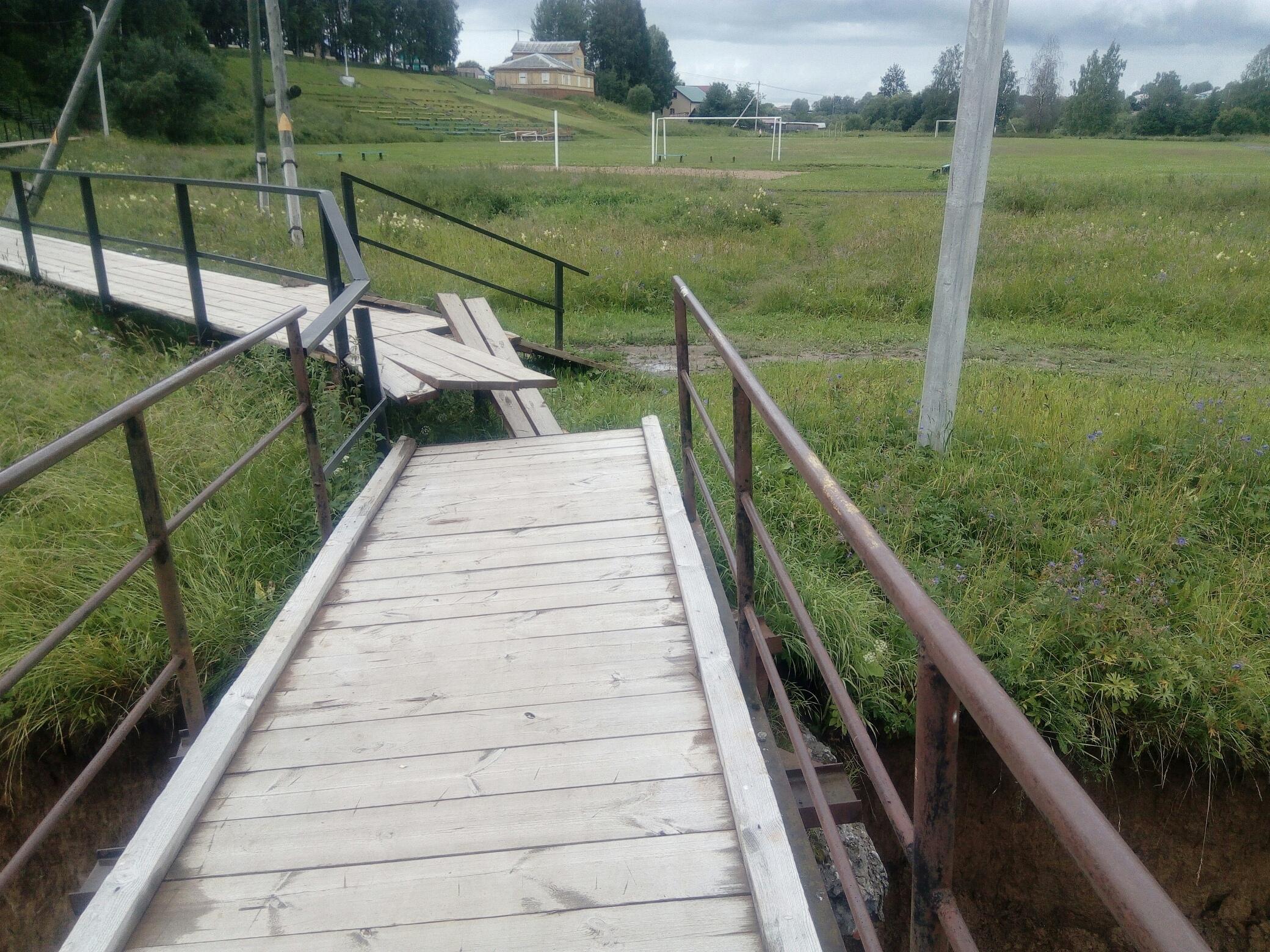 В Тотьме обрушилась опора пешеходного моста над Песьей Деньгой