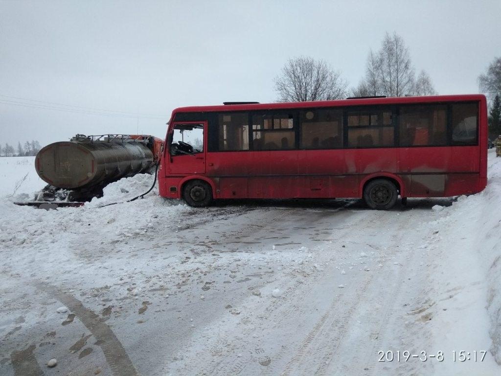 В Вологодском районе столкнулись автобус и КамАЗ: четыре человека получили травмы