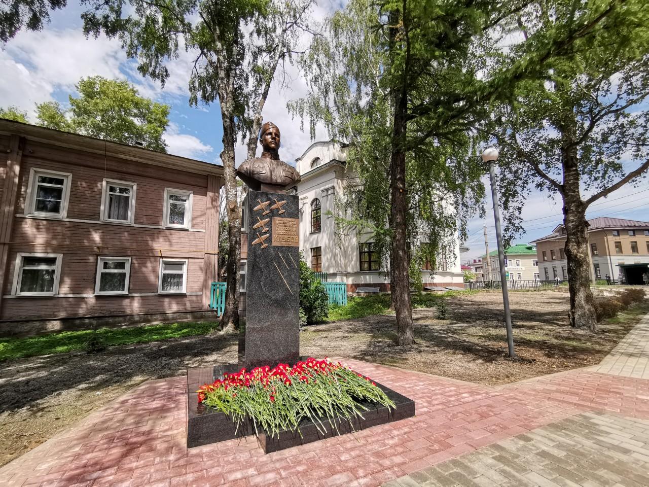 В благоустроенном Пионерском сквере Вологды открыли памятник летчику Александру Клубову