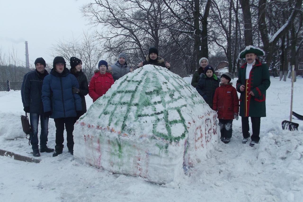 В сквере на Советском проспекте в Вологде появилась снежная копия домика Петра I