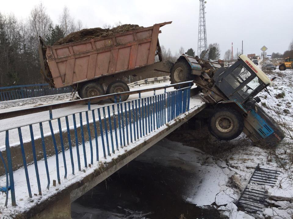 Под Вологдой трактор с телегой чуть не слетел с моста в реку