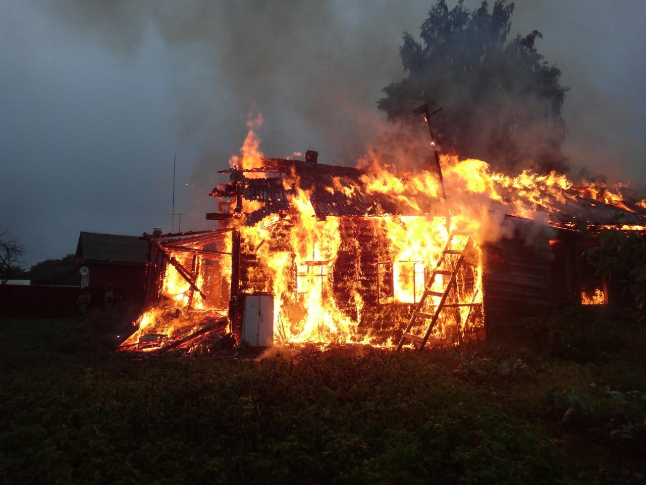 62-летний мужчина погиб во время пожара в аварийном доме в Соколе