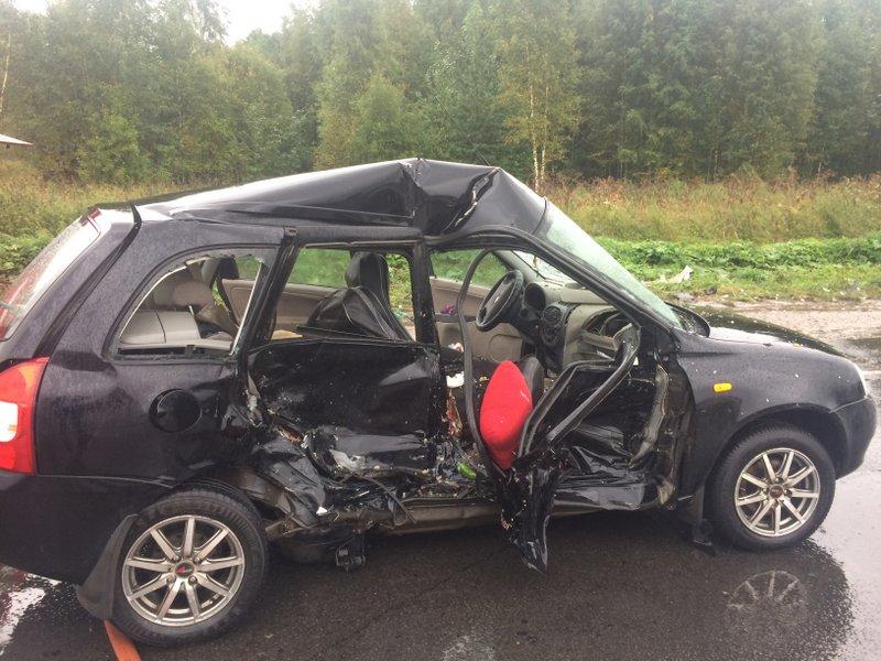 В Череповце столкнулись «Лада» и «Форд»: два человека пострадали