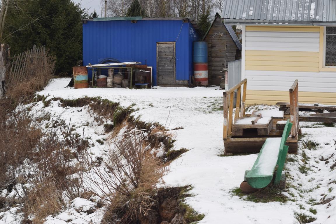 Накраю гибели: дом жителя Вологодского района смывает вреку