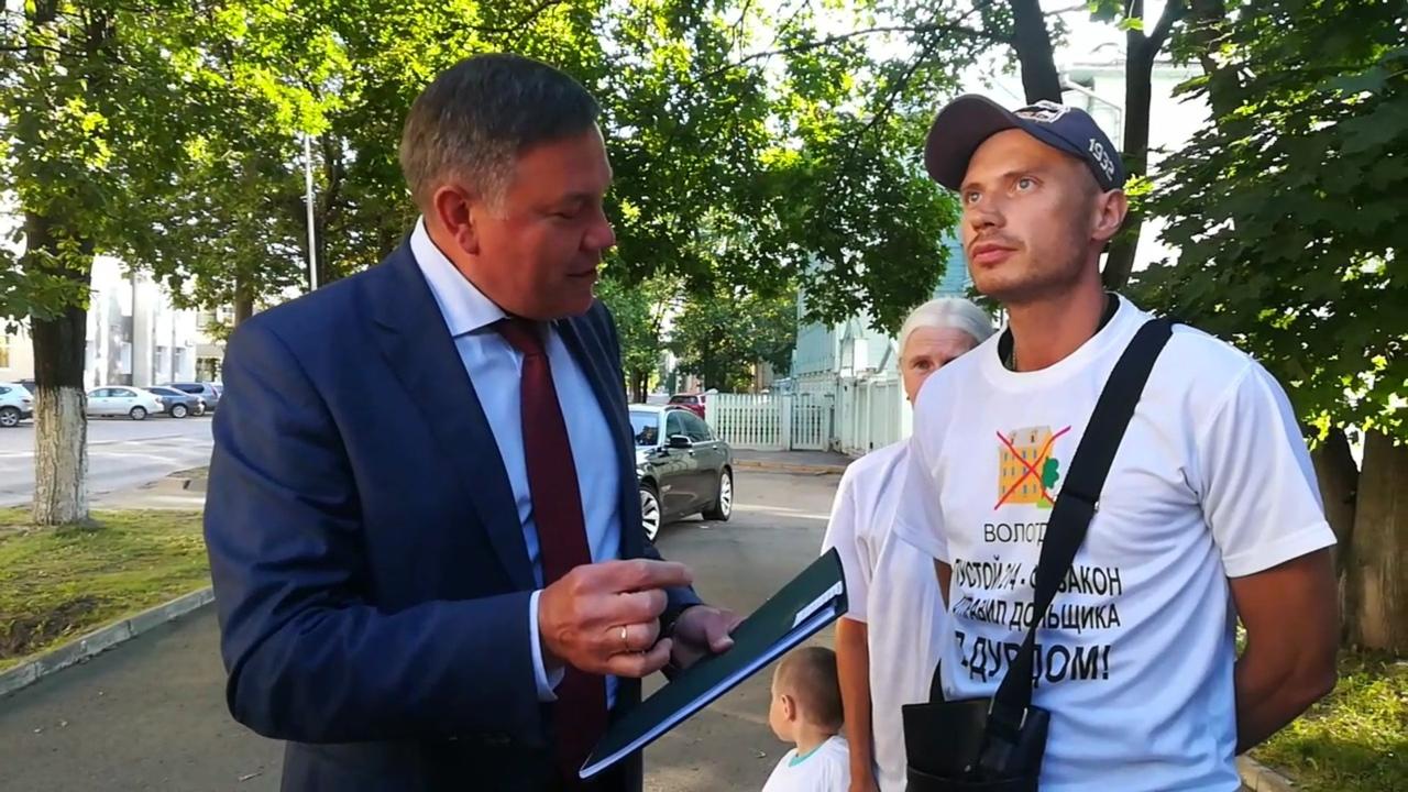 Обманутые дольщики СУ-13 вынудили губернатора отвечать на свои вопросы прямо на улице