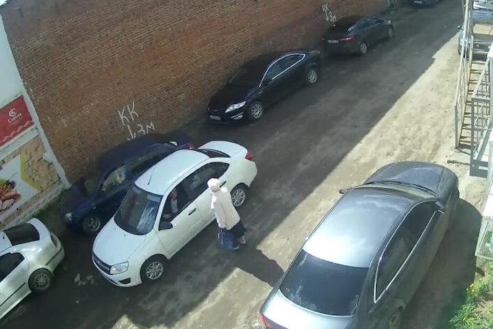 В Великоустюгском районе трое мужчин ограбили пенсионерку и скрылись на «Ладе Гранта» без номеров