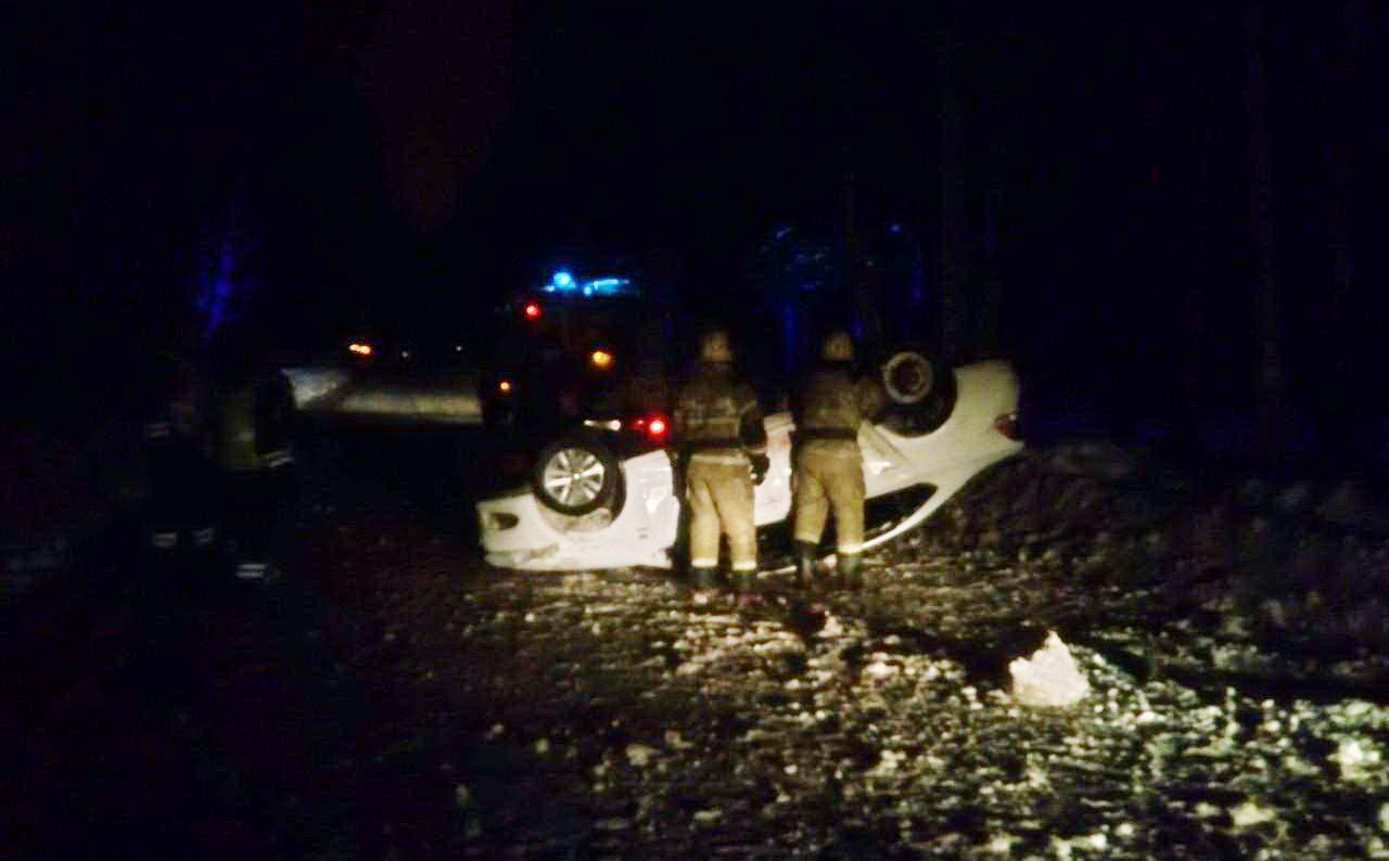 В центре Вологды иномарка врезалась в сугроб снега и перевернулась