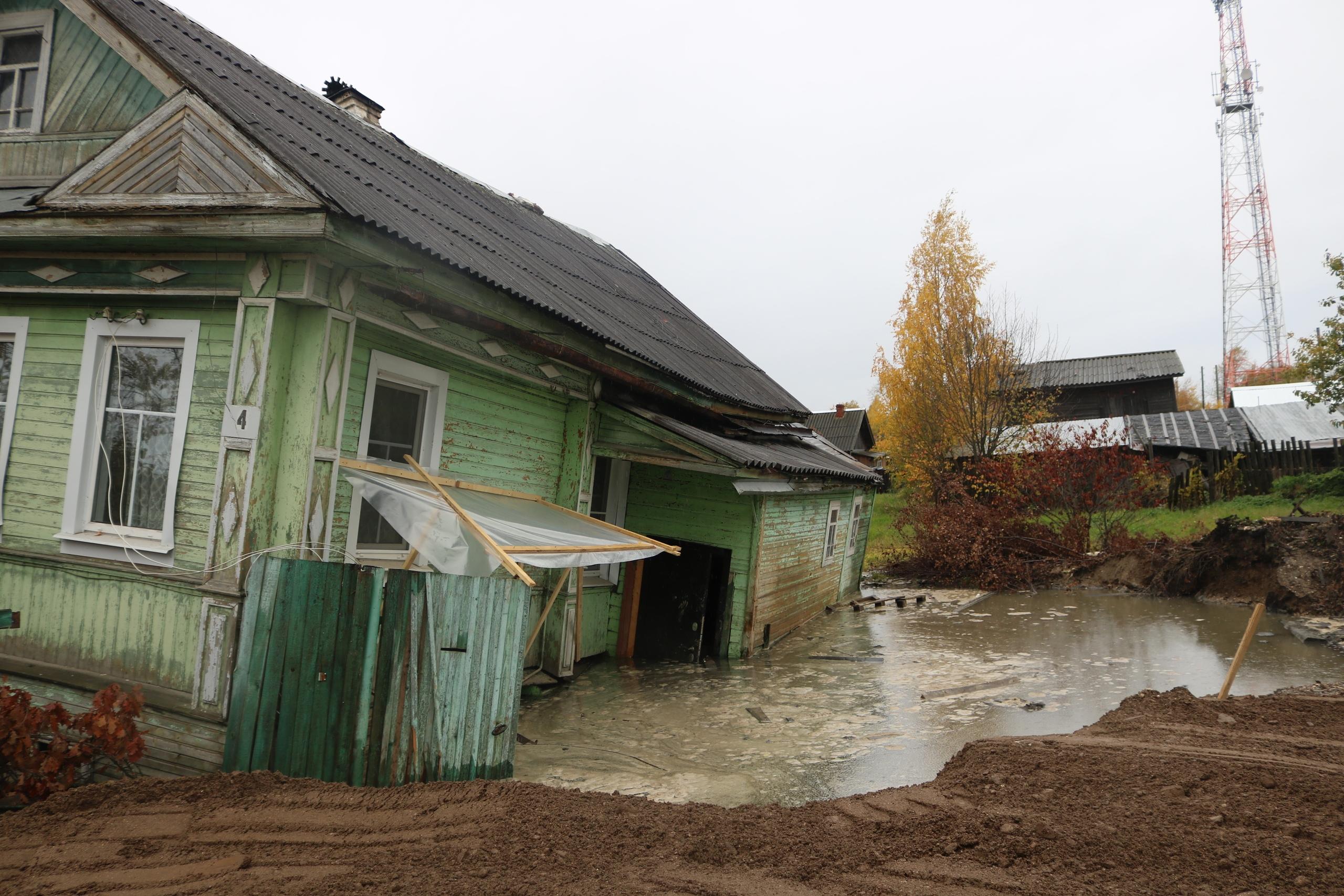 В Белозерске из-за неправильно пробуренной скважины начал уходить под воду дом