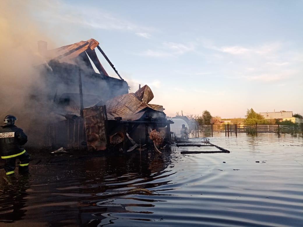 В затопленном водой микрорайоне села Устье сгорел дом