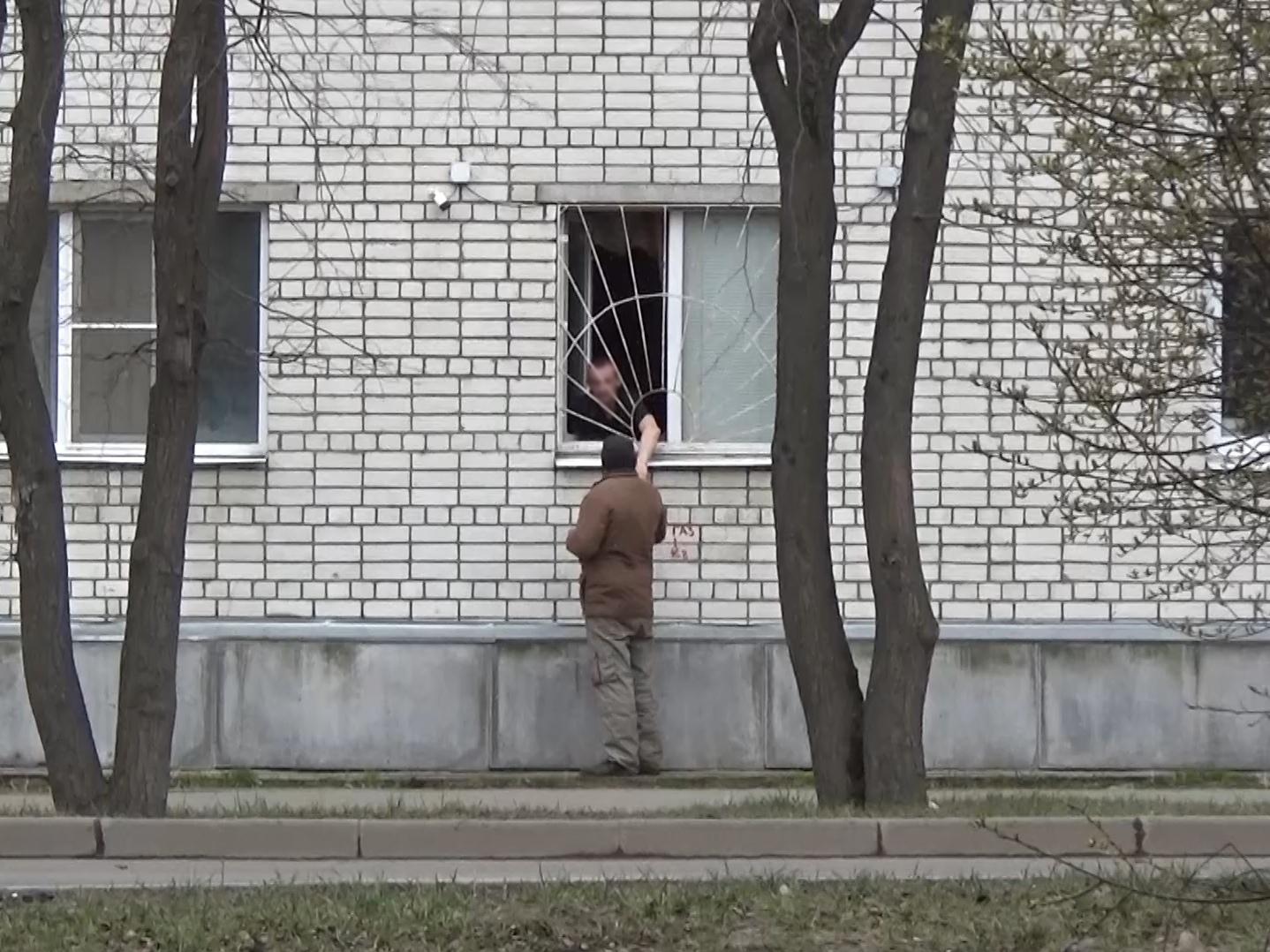 Вологжанин торговал спиртовым лосьоном из окна своей квартиры