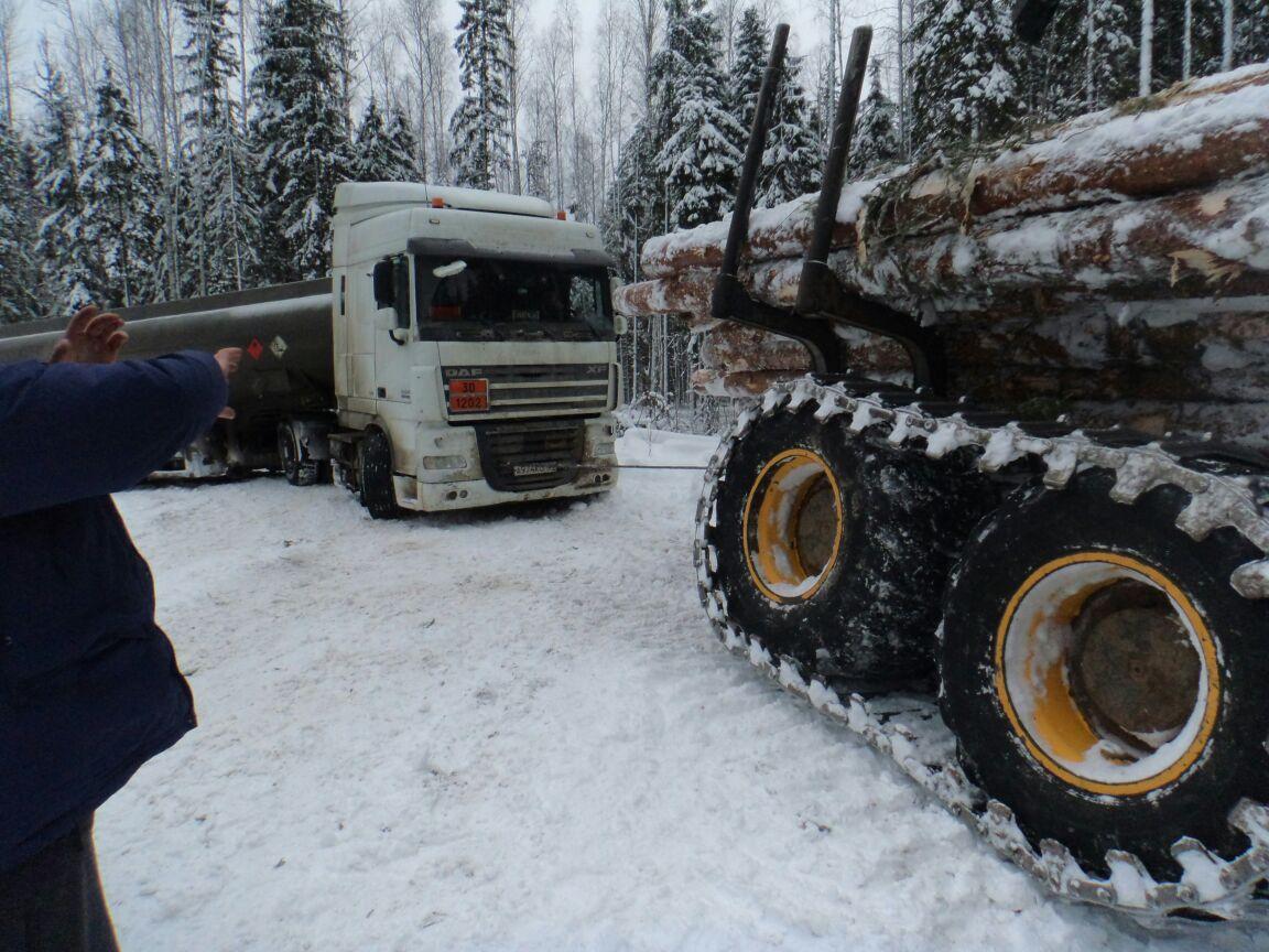 Бензовоз застрял в снегу на проселочной дороге в Вытегорском районе