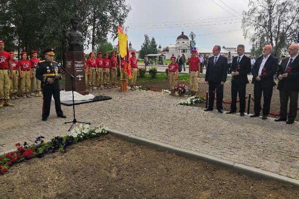 В Кириллове установили памятник военному летчику Евгению Преображенскому