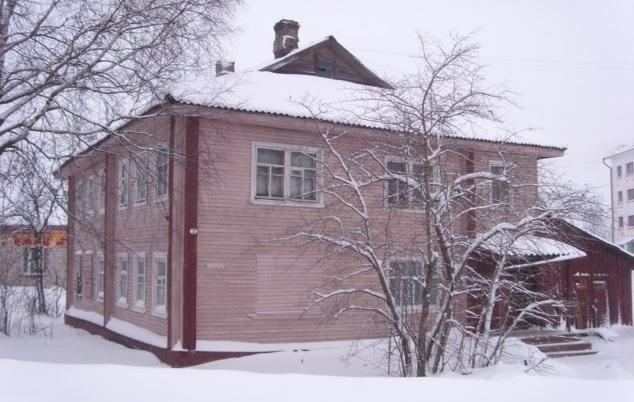 В Харовске в расселенном жилом доме чуть не сгорели двое детей