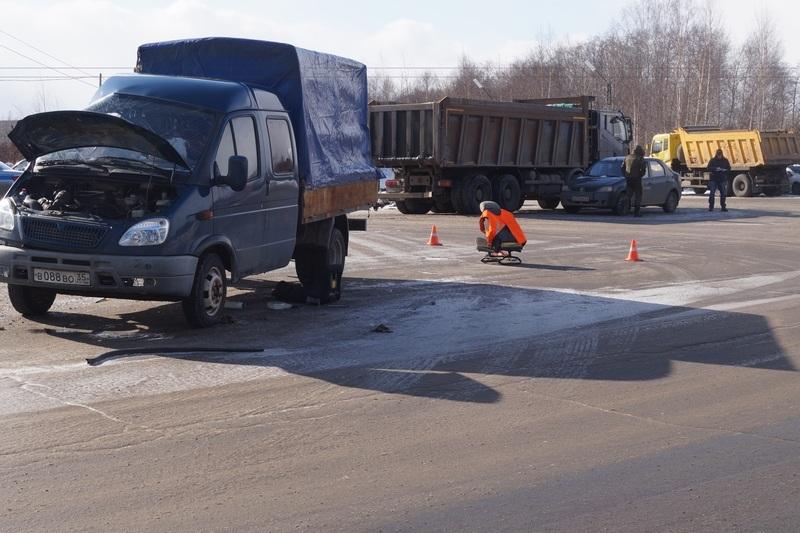 В Череповце самосвал выехал на встречку и врезался в «ГАЗель»: погибла 57-летняя женщина