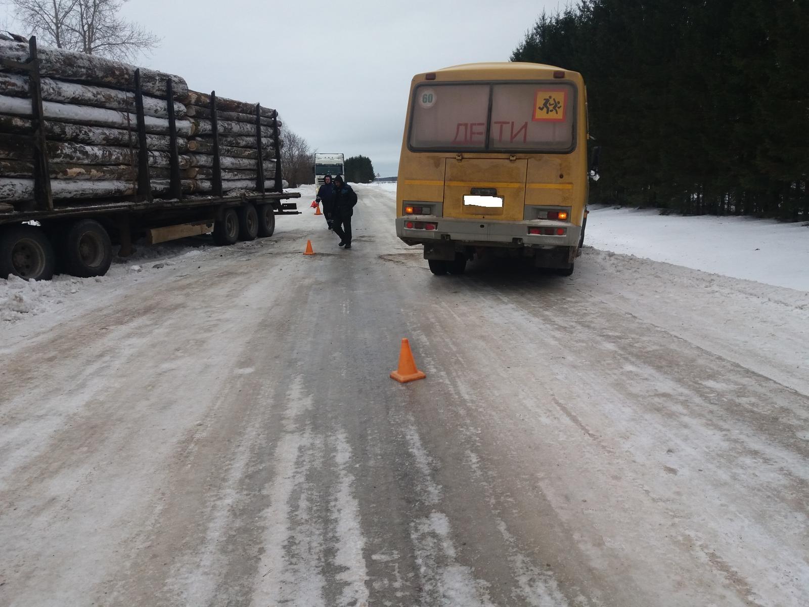 На трассе в Харовском районе столкнулись школьный автобус и лесовоз